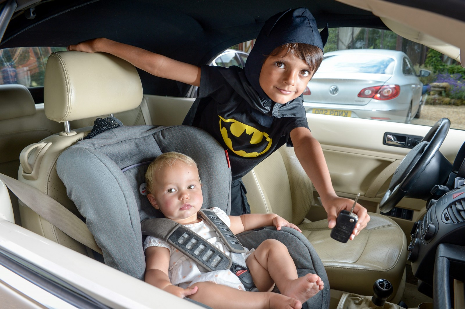 Mini hero! Boy dressed as Batman saves tot trapped in car