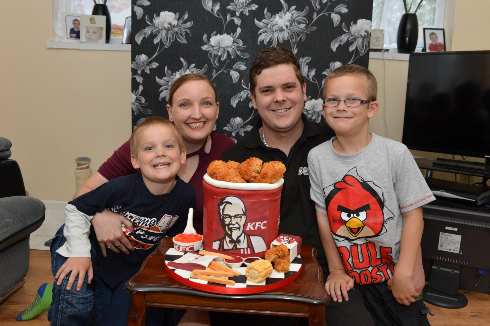 Amazing mum makes freakily realistic cake for fast-food fanatic husband