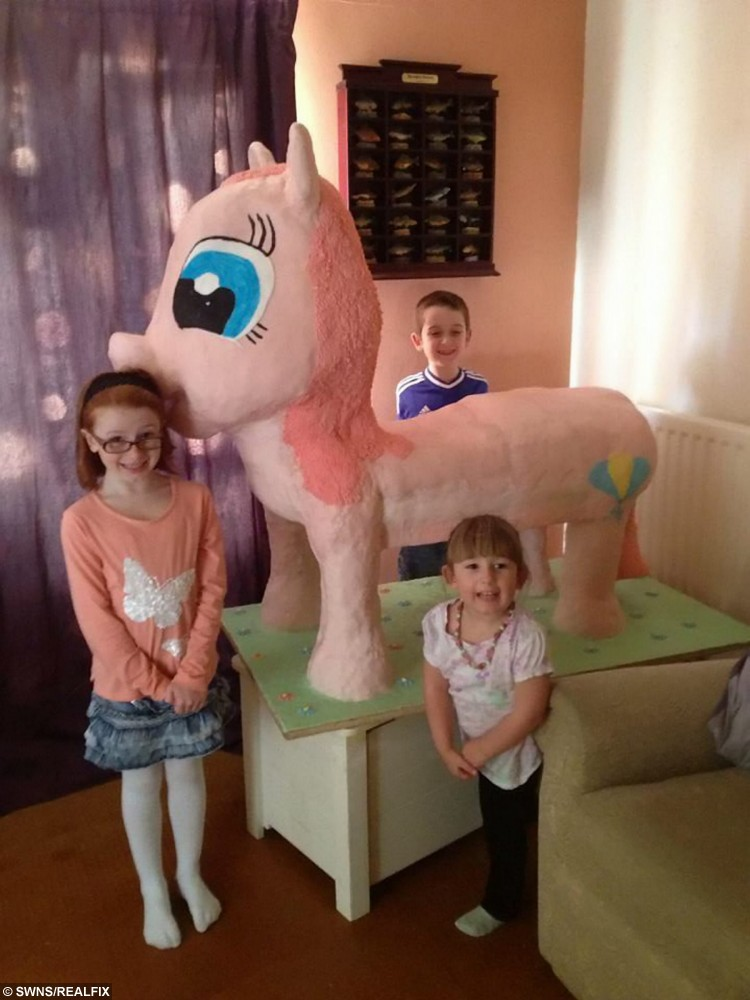 Maria's children, L-R Emily 8, Logan 9 and Brooke 3, with the pink pony cakee.