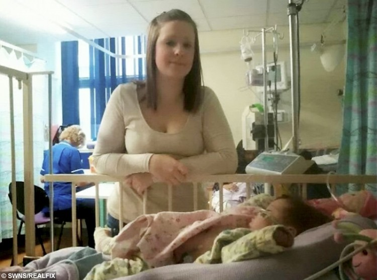 Mum Kimberley with Isabell in hospital.