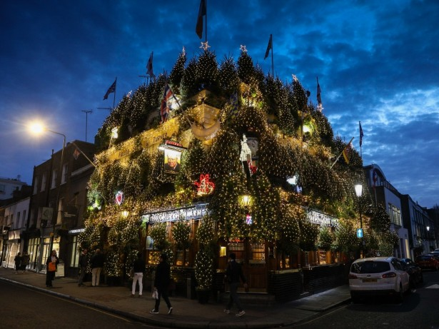 Britain's Most Festive Pub Decorated With 90 Trees And 21,000 Lights!