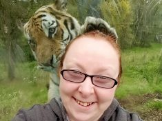 PURR-FECT SELFIE – Zoo Visitor Catches Perfectly Timed Selfie With Tiger