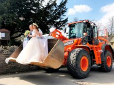 JCB Driver And His New Bride Stunned Guests When They Turned Up To Their Wedding Reception – In Bucket Of Giant DIGGER