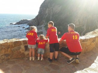 Man proposes with his children wearing t-shirts spelling out 'will you marry daddy?'