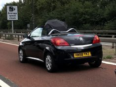 SPOTTED – Driver Of Convertible Car Uses Umbrella To Stay Dry Instead Of Closing The Roof!